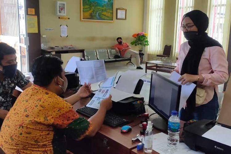 Iga Pramadhanti (26) korban penipuan belanja online yang membeli handphone murah saat melapor ke Polrestabes Palembang, Senin (29/6/2020).