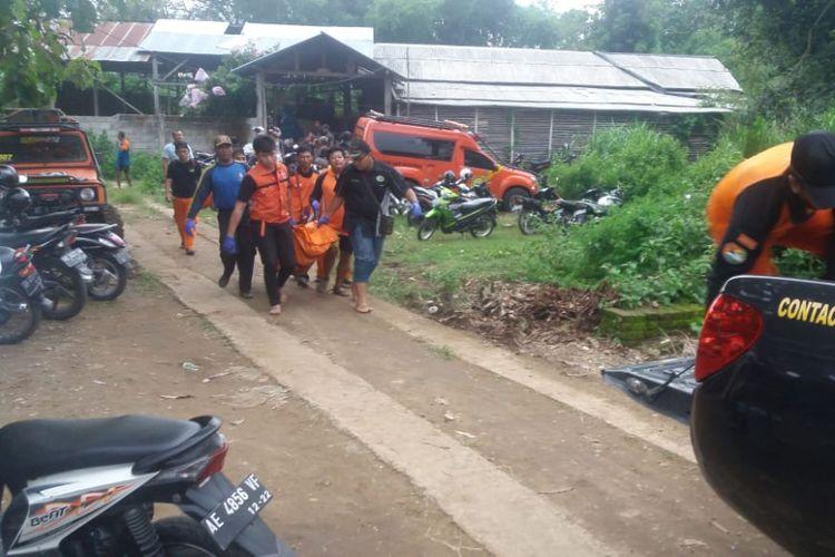 Tim Sar Gabungan mengevakuasi jasad santri Pondok Hudatul Muna Ponorogo yang ditemukan tewas di Sungai Tempuran, Ponorogo, Jawa Timur, Selasa ( 15/1/2019).
