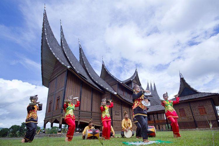 Tari Piring khas Minangkabau, Sumatra Barat DOK. Shutterstock/Lili Aini