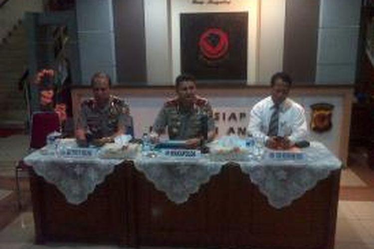 Dari kiri ke kanan : Karo Penmas Mabes Polri Brigjen Boy Rafli Ammar, Wakapolda Jawa Barat, Brigjen Rycko Amelza Daniel, Di Reskrimum Polda Jawa Barat, Kombes Mujiono.