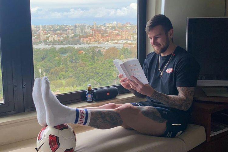 Pemain PSS Sleman, Aaron Evans rutin membaca buku setiap hari setelah sarapan selama kurang lebih satu jam.