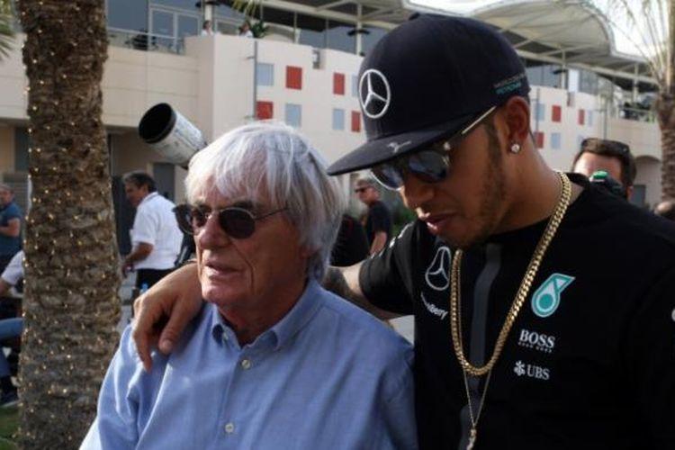 Bos Formula 1, Bernie Ecclestone (kiri), dan pebalap Mercedes asal Inggris, Lewis Hamilton.