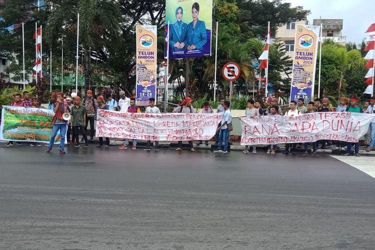 Puluan massa Aliansi Masyarakat Adat Pulau Buru saat menggelar aksi unjuk rasa memprotes kebijakan pemerintah kabupaten Buru menjadikan Danau Rana sebagai destinasi wisata dunia di Kantor DPRD  Maluku, Kamis (22/8/2019)