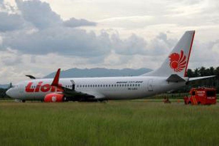 Pesawat Lion Air berada di sisi landas pacu Bandara Djalaludin Gorontalo, Rabu (7/8/2013), setelah tergelincir dari landas pacu setelah menabrak sapi. Badan pesawat itu baru bisa diangkat pada Jumat (9/8/2013). Kejadian ini mengakibatkan terundanya sejumlah penerbangan.