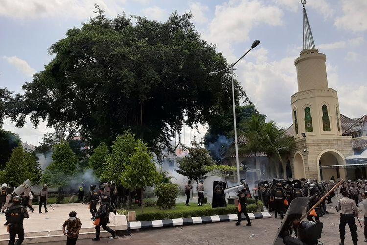 Polisi saat menembakan gas air mata menghalau massa dari Kantor DPRD DIY