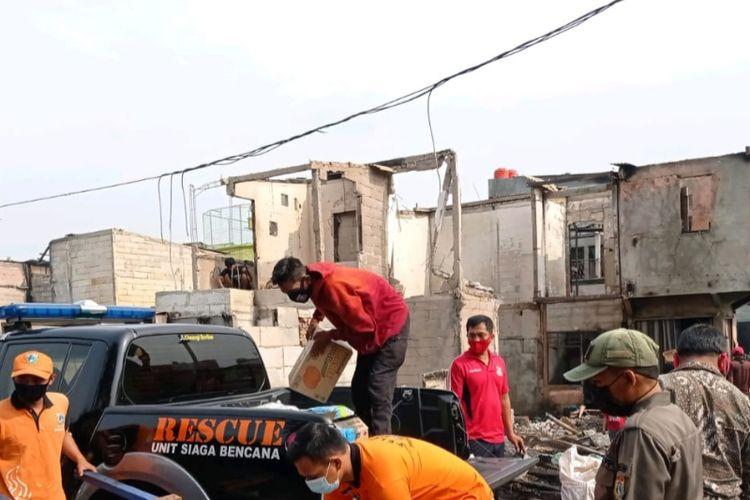 Penyerahan bantuan bagi korban kebakaran di Penjaringan, Jakarta Utara