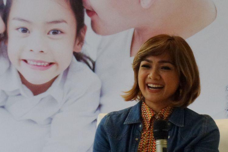 Aktris dan presenter Nirina Zubir ketika menghadiri konferensi pers bersama Bisolvon di kawasan Kemang, Jakarta Selatan, Selasa (19/2/2019).