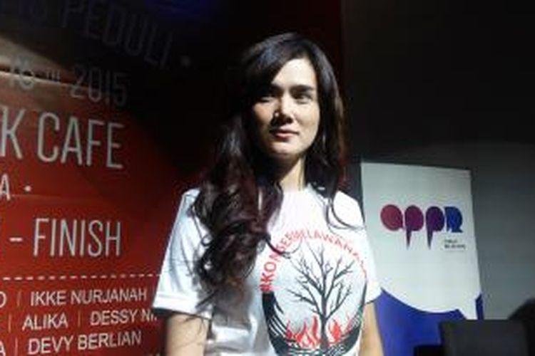Mulan Jameela diabadikan usai jumpa pers konser Melawan Asap di Hard Rock Cafe, Jakarta Selatan, Senin (16/11/2015).