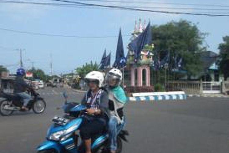 Tampak beberapa atribut parpol di pasang di bundaran Kota Bengkulu. PAnwas Kota BEngkulu menyatakan tindakan tersebut melanggar aturan dan dapat dikenai sanksi pengurangan jadwal kampanye