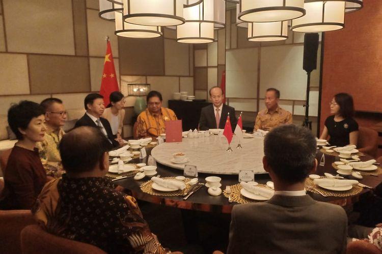 Ketua Umum Partai Golkar Airlangga Hartanto bertemu Kepala Polit Biro Hubungan Internasional Partai Komunis China (Head of International Department Communist Party of China) Song Tao, di Hotel Shangrila, Jakarta, Sabtu (21/9/2019).
