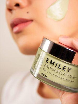 Emiley memperkenalkan produk skincare khusus untuk kulit berminyak dan berjerawat.