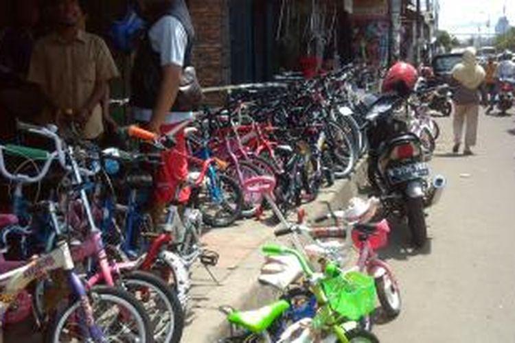 Pedagang di Pasar Rumput menggunakan trotoar hingga ruas jalan sebagai tempat berjualan.