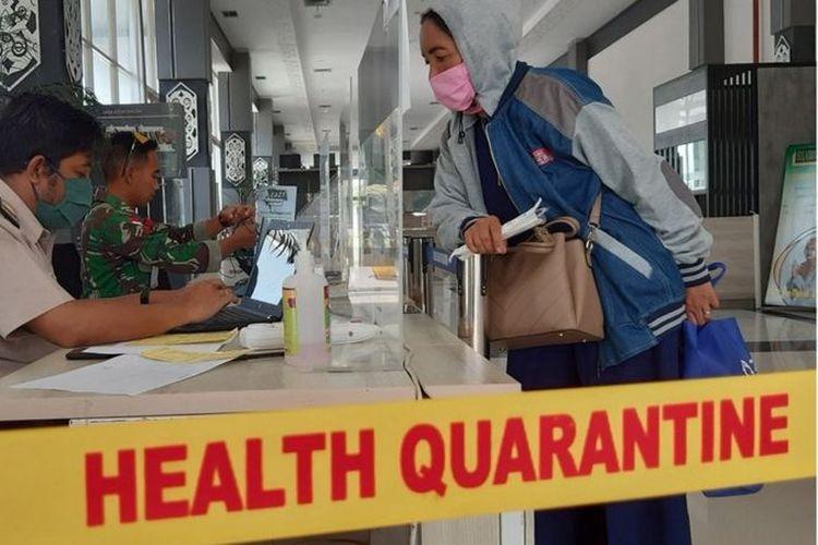 Seorang pekerja migran Indonesia dari Malaysia menjalani pemeriksaan dokumen di Pos Lintas Batas Negara Entikong, Kabupaten Sanggau, Kalimantan Barat, 17 Mei lalu.