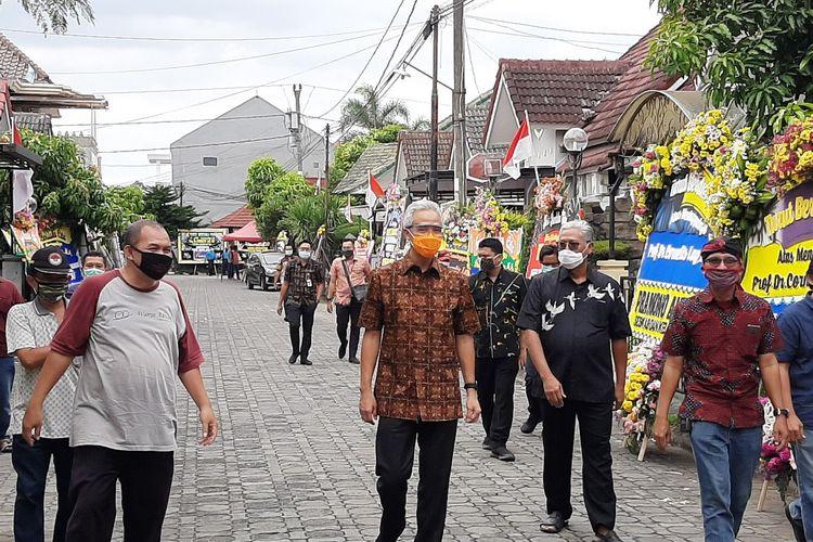 Gubernur Jawa Tengah, Ganjar Pranowo saat tiba di rumah duka Cornelis Lay di Perum Cemara Blok F-13 Krodan RT 13/ RW 71 Maguwoharjo, Depok, Sleman.