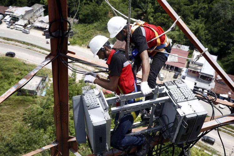 Petugas Telkomsel sedang melakukan pemeliharaan BTS rutin di wilayah Entikong, Kalimantan. Wilayah tersebut berbatasan langsung dengan Malaysia.a