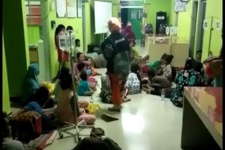 Warga Desa Terapu, Aluh-aluh, Banjar, Kalsel, yang mengalami keracunan makanan terpaksa dirawat di lantai puskesmas karena ruang perawatan tidak mampu menampung warga yang keracunan, Kamis (13/2/2020).