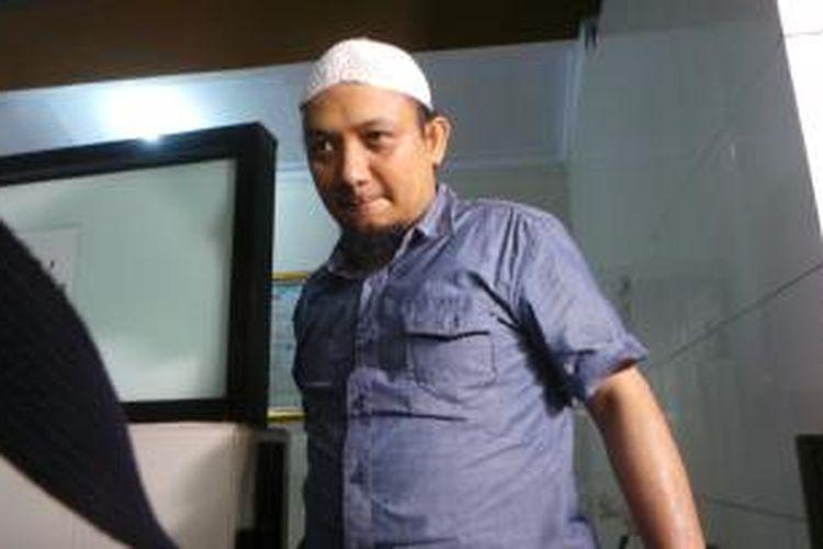 Penyidik KPK Novel Baswedan tiba di lingkungan rumahnya di Kelapa Gading, Jakarta Utara. Sabtu (2/5/2015).
