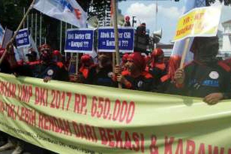 Buruh melakukan aksi unjuk rasa di Balai Kota DKI Jakarta, Jalan Medan Merdeka Selatan, Kamis (2/6/2016).