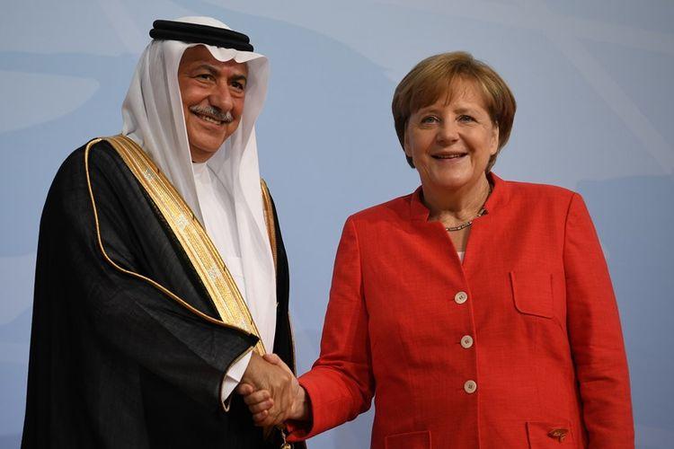 Kanselir Jerman Angela Merkel (kanan) saat bertemu Menteri Dalam Negeri Arab Saudi Ibrahim Abdulaziz Al-Assaf di sela rapat G20 di Hamburg, Juli 2017.