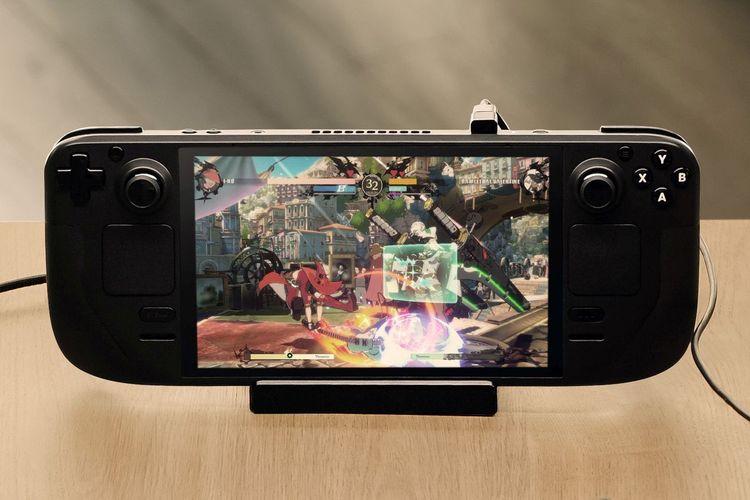 Ilustrasi seri game Guilty Gear yang sedang dimainkan di konsol Steam Deck.