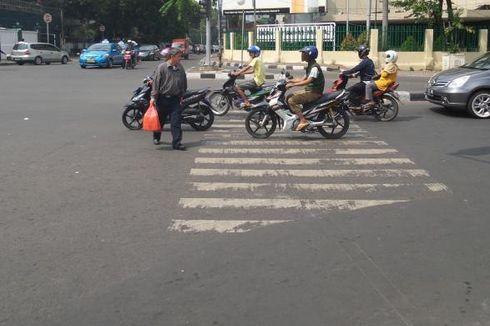 Aksi Pejalan Kaki Injak Jok Motor yang Berhenti di Zebra Cross