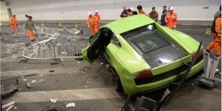 Inilah mobil emwah Lamborghini yang hancur menabrak tembok sebuah terowongan di Beijing, China setelah aksi kebut-kebutan yang dilakukan oleh dua orang pemuda berusia 20-an. Kedua pemuda itu akhirnya harus mendekam di penjara karena dianggap membahayakan warga dengan aksi ugal-ugalan mereka.