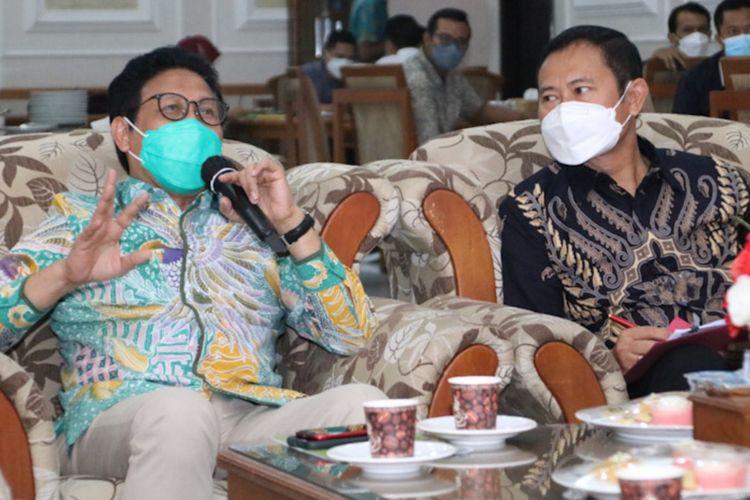 Mendes PDTT Abdul Halim Iskandar (kiri) saat berdiskusi dengan Bupati Lamongan Yuhronur Efendi, membahas mengenai konsep penanganan kemiskinan ekstrem, Sabtu (25/9/2021).