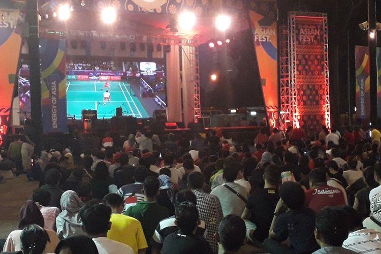 Warga yang tidak punya tiket menghadiri nonton bareng (nobar) final bulu tangkis Asian Games 2018 Indonesia vs China di Zona Atung, Asian Festival, Gelora Bung Karno, Jakarta Pusat, Rabu (22/8/2018) pukul 18.00 WIB.