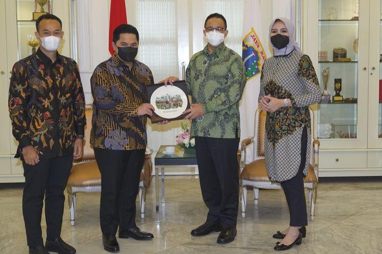 Gubernur DKI Jakarta, Anies Baswedan (2 dari kanan), ketika menerima Sekjen PP Perbasi, Nirmala Dewi (kanan), dalam kunjungan PP Perbasi ke Balai Kota, Jakarta, Kamis (4/3/2021). Kunjungan ini juga dihadiri Menteri BUMN, Erick Thohir (2 dari kiri).