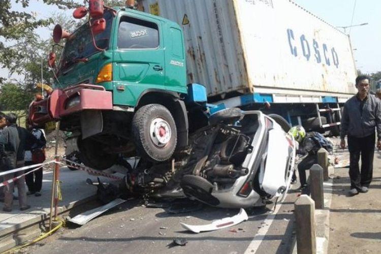 Kecelakaan di Pantura dekat Kalibanteng Semarang, Rabu (20/9/2017) pagi melibatkan truk kontainer dan beberapa kendaraan.