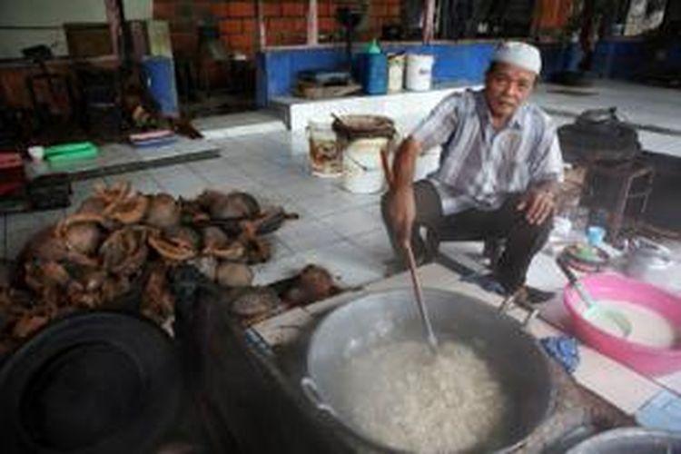 Haji Endut Rohadi, pengusaha minyak kelapa dan galendo dari Kampung Cilame, Kecamatan Ciamis, Kabupaten Ciamis, Jawa Barat.