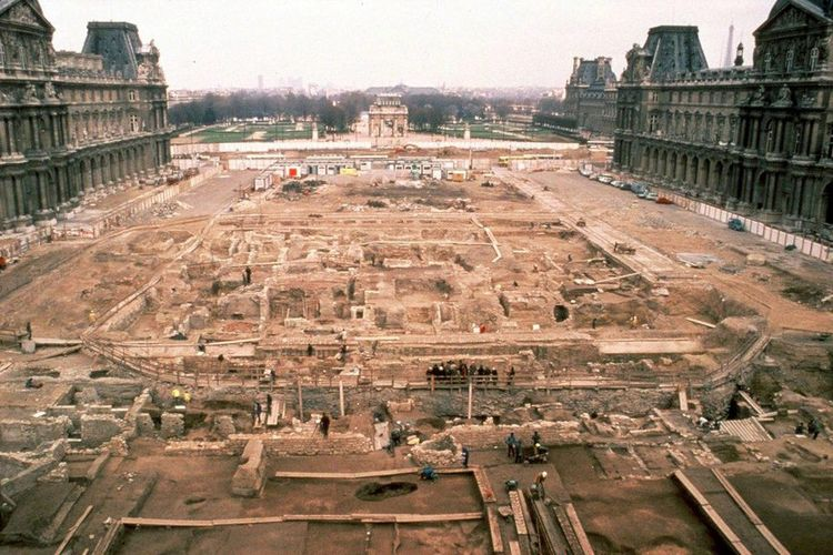 Suasana saat pembangunan struktur piramida kaca Louvre