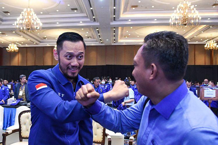 Ketua Umum Partai Demokrat yang baru, Agus Harimurti Yudhoyono (kiri) beradu siku saat mendapat ucapan selamat dari kader pada Kongres V Partai Demokrat di Jakarta, Minggu (15/3/2020). Dalam kongres tersebut, Agus Harimurti Yudhoyono terpilih secara aklamasi menjadi Ketua Umum Partai Demokrat periode 2020-2025 menggantikan Susilo Bambang Yudhoyono yang selanjutnya menjadi Ketua Majelis Tinggi Partai Demokrat.