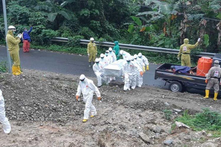 Tim gugus tugas memakamkan seorang pasien Covid-19 yang meninggal dunia di RSUD dr Haulussy Ambon, di TPU Hunuth pada Kamis (30/7/2020)