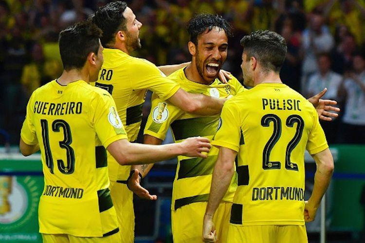 Para pemain Borussia Dortmund merayakan gol Pierre-Emerick Aubameyang ke gawang Eintracht Frankfurt pada laga final DFB Pokal di Stadion Olimpiade Berlin, Sabtu (27/5/2017).
