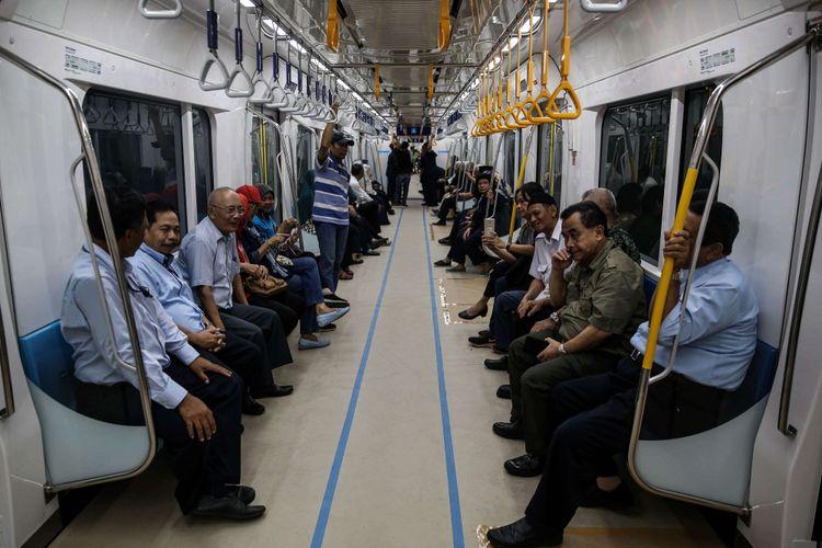 Warga berada di kereta Mass Rapid Transit (MRT) saat uji coba dari Stasiun Lebak Bulus ke Bundaran HI di Jakarta, Senin (18/2/2019). Kereta MRT atau Ratangga akan dibuka untuk komersil antara tanggal 24 - 31 Maret 2019.