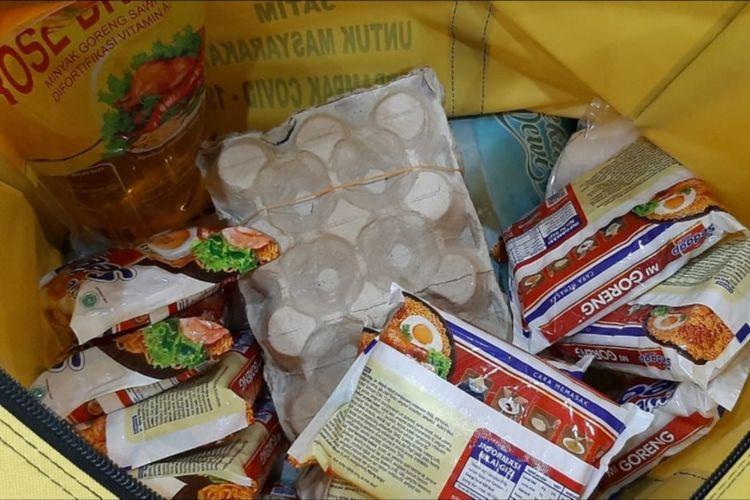 Isi tas paket bantuan sosial untuk warga terdampak Covid-19 dari Pemprov Jatim untuk warga Surabaya.