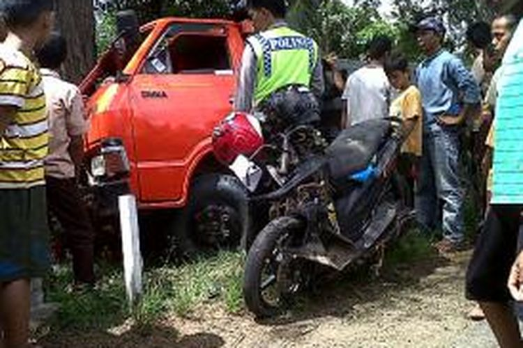 Aparat kepolisian di Kabupaten Bone, Sulawesi Selatan tengah menggelar olah tempat kejadian perkara (TKP) ditengah kerumunan warga atas kecelakaan lalulintas yang dua pengendara motor. Minggu, (24/11/2013).