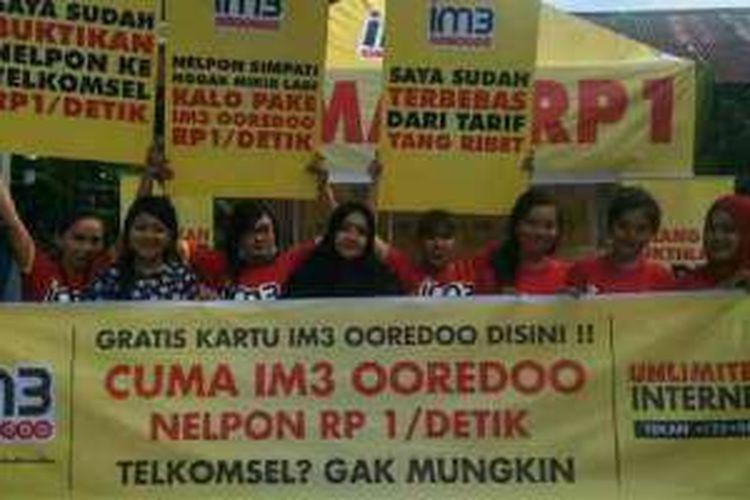 Spanduk Indosat Ooredoo dalam kegiatannya yang menyindir Telkomsel.