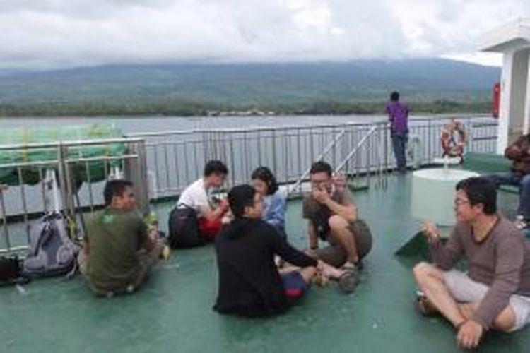 Tim Kompas.com berada di dek atas feri penyeberangan dari Pelabuhan Kayangan Lombok menuju Pelabuhan Pototano, Sumbawa, 20 Maret 2015.