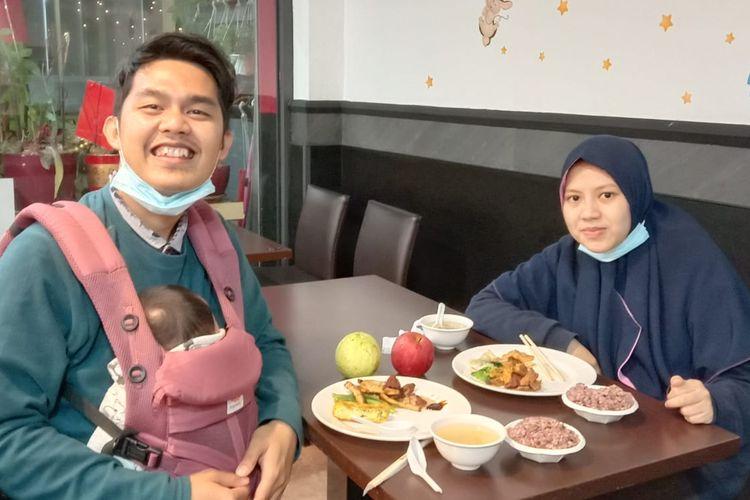 Mahasiswa yang tergabung dalam PPI Dunia Adi Kusmayadi bersama istri dan anak sedang berada di restoran vegetarian di Taiwan.