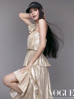 Lisa Blackpink tampil dalam sampul Vogue Jepang edisi Juni 2021.