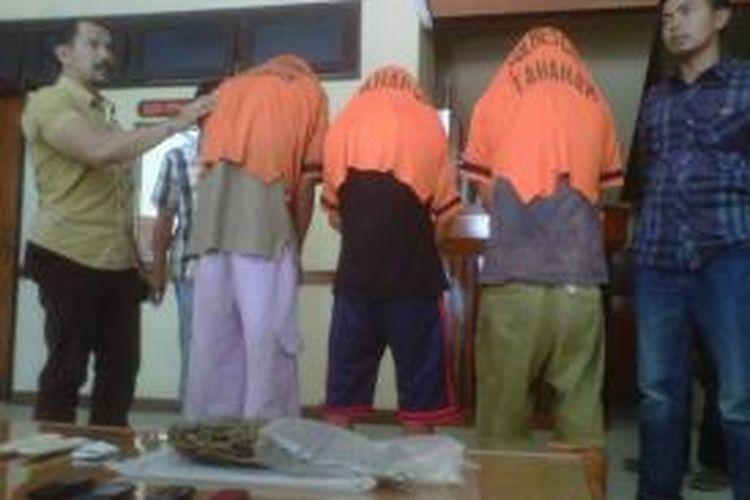 Satnarkoba Polres Garut amankan tiga tersangka pengedar ganja beserta barang bukti setengah kilogram ganja kering kualitas 1.