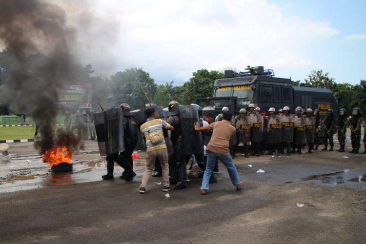 Simulasi pengamanan pemilu yang digelar TNI dan Polri di halaman Makodim 0413 Bangka, Kamis (7/2/2019).