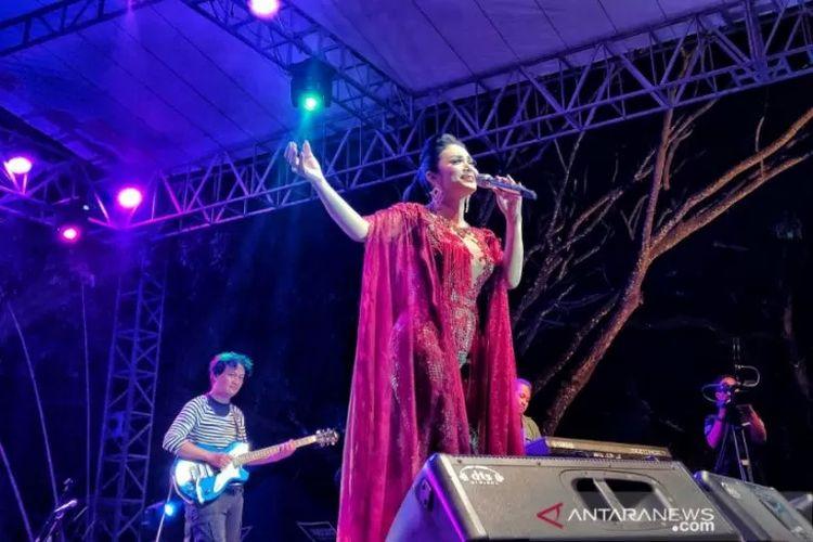 Penyanyi Krisdayanti saat tampil di Reyog Jazz Ponorogo, Telaga Ngebel, Jawa Timur, Sabtu (12/10/2019).