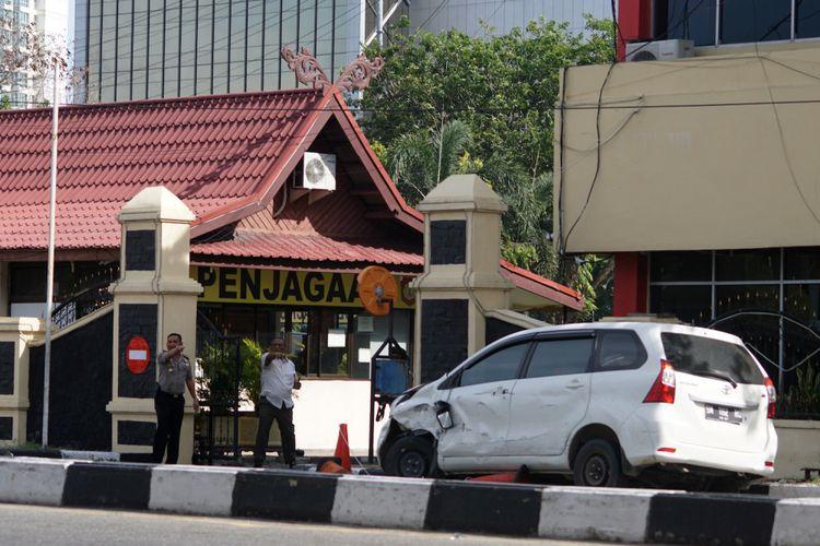 Mobil minibus yang digunakan pelaku teror dalam kondisi rusak di depan pintu masuk Polda Riau, di Pekanbaru, Riau, Jumat (16/5/2018). ANTARA FOTO/Retmon/FBA/kye/18.