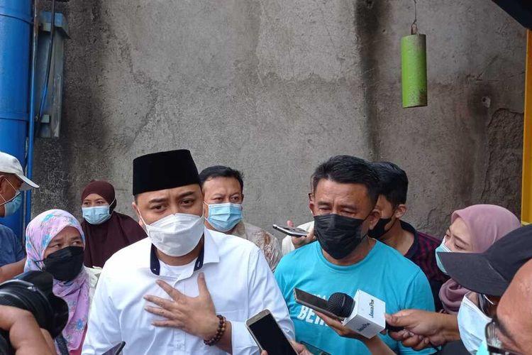 Wali Kota Surabaya Eri Cahyadi ditemui sejumlah warga saat berkantor di kelurahan, Kamis (20/5/2021).