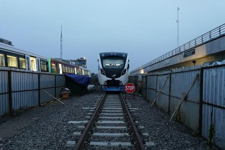 Satu rangkaian LRT Palembang terparkir di depo, di kawasan Jakabaring, Palembang, Selasa (31/8/2018).