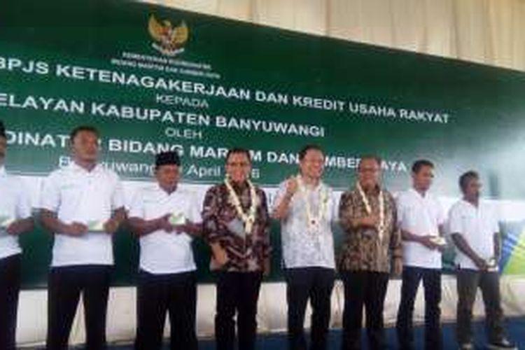 Menteri Koordinator Kemaritiman Rizal Ramli didampingi Bupati Banyuwangi Abdullah Azwar Anas dan Direktur Utama BPJS Ketenagakerjaan Agus Susanto menyerahkan bantuan asuransi kepada 1.000 nelayan di Muncar, Banyuwangi, Jawa Timur, Sabtu (9/4/2016).
