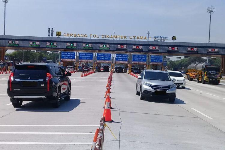 Situasi pengendara keluar masuk dari Gerbang Tol Cikampek Utama, Jakarta, Sabtu (1/8/2020).
